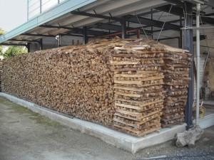 一年かけて乾燥させた赤松薪